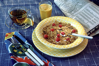 Breakfast cereal - Breakfast cereal with milk and raspberries