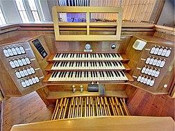 Neusäß, St. Ägidius (Hindelang-Orgel, Spieltisch) (4).jpg