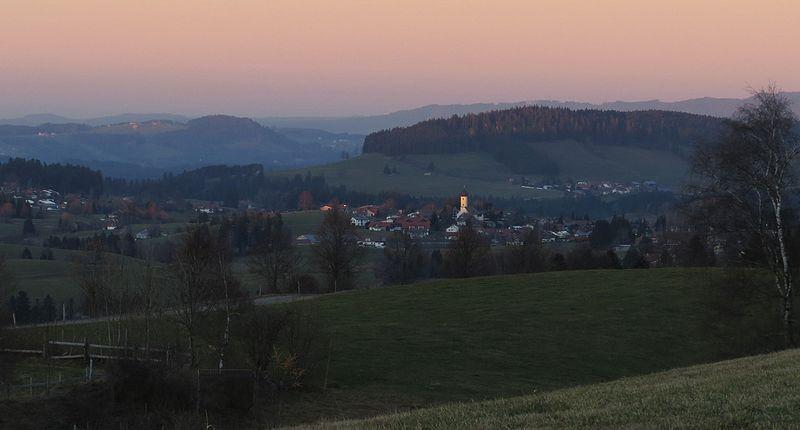 File:Oberreute - Hinterschweinhöf Nr 39 Ri Oberreute v SW, Abendsonne 03.jpg