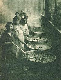 Mujeres preparan ollas comunes, en 1932.