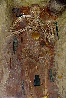 Tombe 43 provenant de la nécropole de Varna avec les plus vieux bijoux en or connu à ce jour. Musée archéologique de Varna