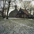 Overzicht stiftschuur met de kerk op de achtergrond - Weerselo - 20382959 - RCE.jpg
