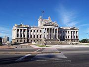 Fachada del Palacio Legislativo, sede del poder legislativo.