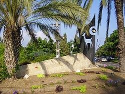 כיכר הכניסה לעין איילה ובה פסל עם עין ואיילות