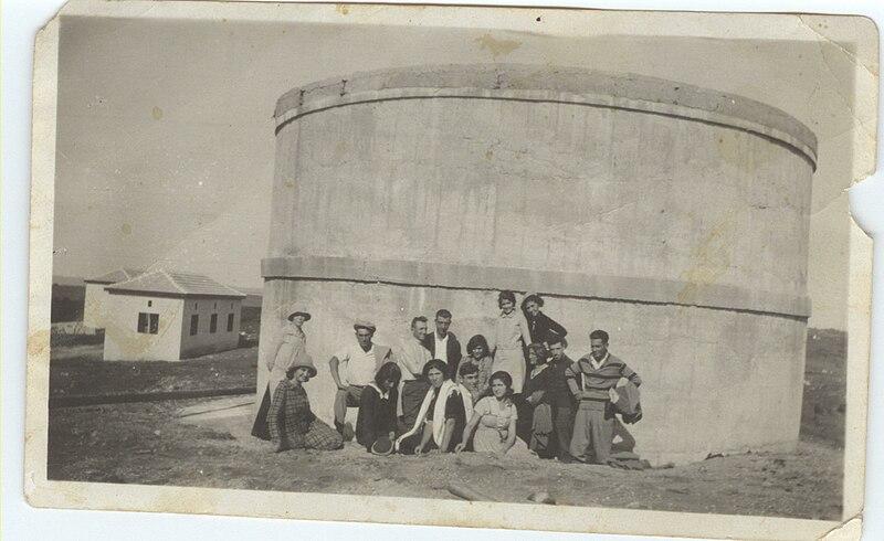 קבוצת חברים ליד בריכת האגירה בצפון המושב
