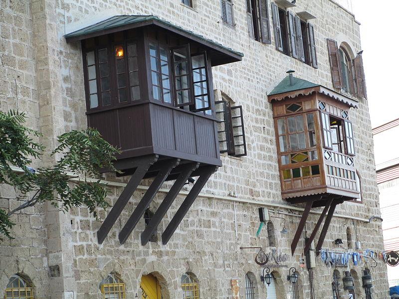 מרפסות מקושטות בנמל יפו