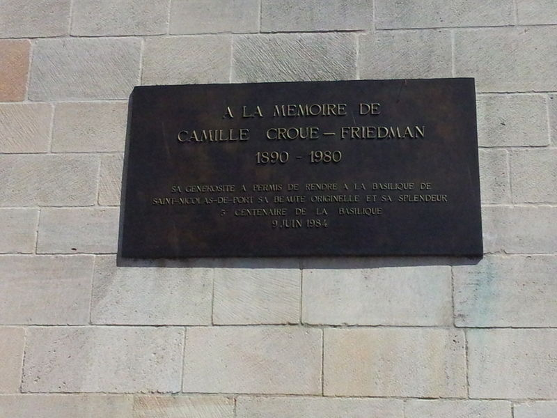 Plaque située apposée à l'extérieur de la Basilique de Saint-Nicolas (mur sud, côté chœur) en mémoire de Camille Croué-Friedman.