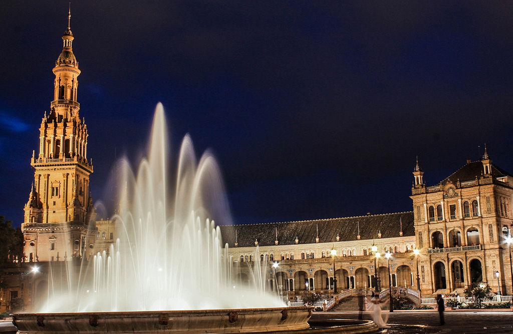 Fontaine de la plaza de España à Séville à la nuit tombée. Photo de Noelia Campillo