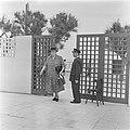 Portier van de Knesseth in Tel Aviv bij het toegangshek terwijl het vrouwelijke , Bestanddeelnr 255-1329.jpg