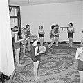 Prinses Beatrix en andere leerlingen met tamboerijnen in hun hand tijdens de gym, Bestanddeelnr 255-7394.jpg