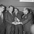 Prix de Joke 1964 voor Bert Haanstra, Simon van Collem reikt hem het beeldje uit, Bestanddeelnr 916-2517.jpg