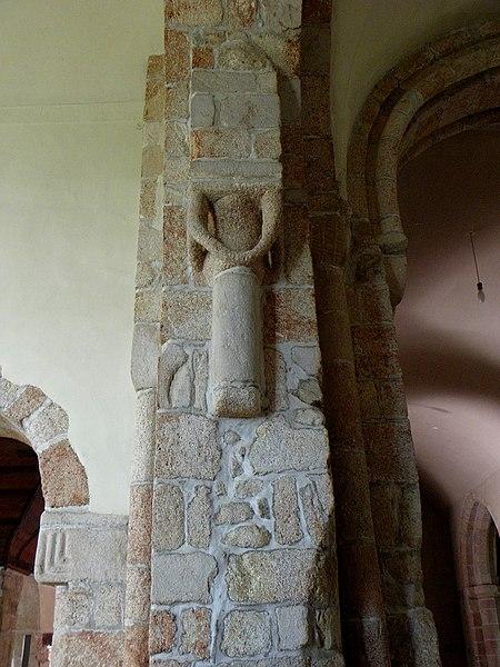 Église Saint-Beheau de Priziac (56). Pilier de la croisée du transept.