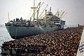 Profughi della Vlora in banchina a Bari 8 agosto 1991.jpg