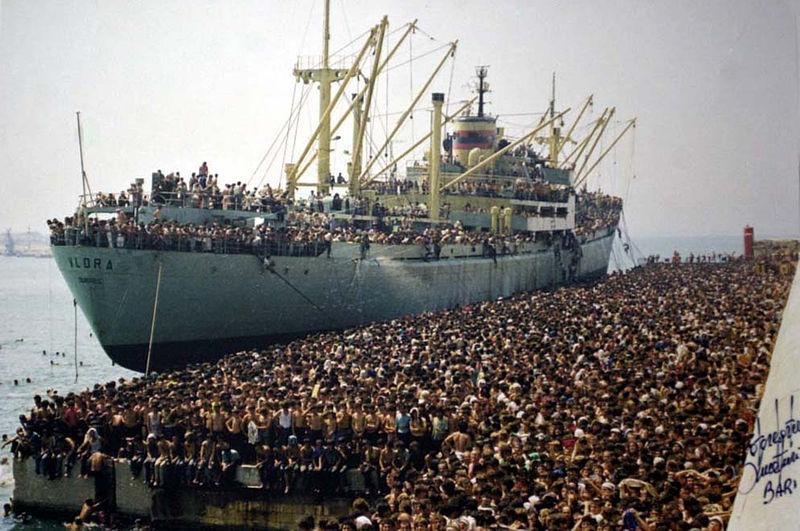 File:Profughi della Vlora in banchina a Bari 8 agosto 1991.jpg