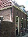 foto van Eenvoudig huisje, alleen parterre met hoog zadeldak en hijsluik