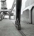 RY - Michael Drewes mit Zeichenblock auf einem Kranenfuß im Lekhaven von Rotterdam, Sonntag, den 6. Juni 1959.png