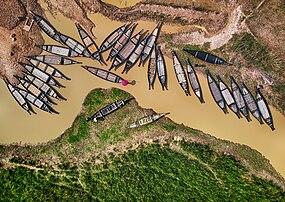 Pirogues sur un sous-affluent de la Surma, dans le district de Sylhet, au nord-est du Bangladesh. (définition réelle 3900×2761)