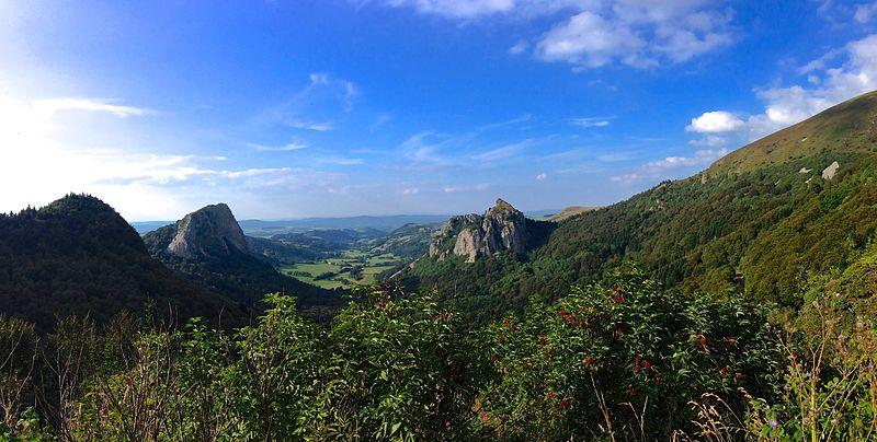 File:Roches Tuillère et Sanadoire (Parc naturel régional des volcans d'Auvergne).jpg