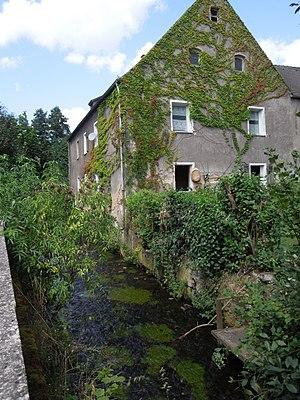 Hammer Philippsburg (Hammer Rosenberg) – im Vordergrund der Rosenbach