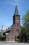 foto van Waalse Kerk met aangrenzende Kosterswoning in een traditionalistische stijl