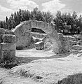 Ruines van een synagoge, middenin een boogconstructie, Bestanddeelnr 255-2609.jpg