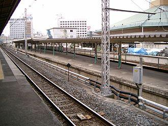 Ryōgoku Station - View of platform 3 from platform 2, April 2007