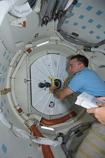 File:STS-119 Day 11 Closing Hatch.jpg