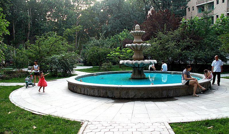 File:Sdu garden fountain 2011 07 30.jpg
