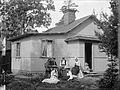 Sommarnöje i skärgården. Några kvinnor sitter framför en mindre sommarvilla - Nordiska Museet - NMA.0039198.jpg