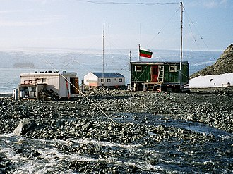 Lame Dog Hut - The Bulgarian base in 2003, with Lame Dog Hut on the right, Russian Hut on the left, and the new main building in the background.