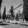 Straatbeeld met King David Hotel en auto's ervoor aan de King David Street, Bestanddeelnr 255-2263.jpg