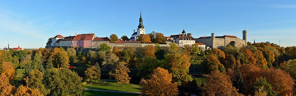 Вид на Вышгородскую крепость и бывшие резиденции остзейского дворянства со стороны Городского парка