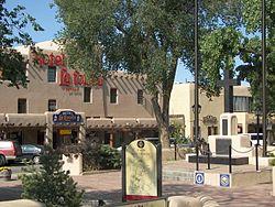 Taos Plaza kaj la Hotelo La Fonda, ene de la Taos Urbocentra Historia Distrikto
