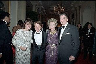 Nancy McKeon - McKeon (L) with Ronald Reagan, Nancy Reagan, and Michael J. Fox in 1985