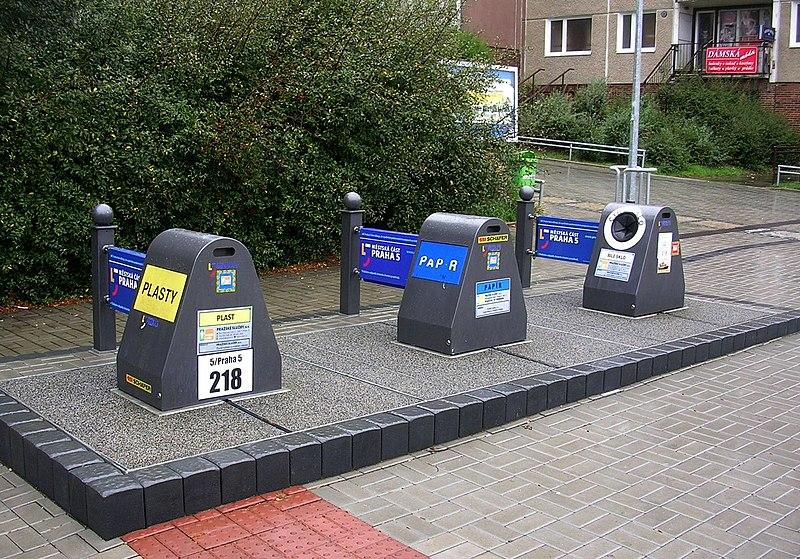 File:Tilleho náměstí, podzemní kontejnery na tříděný odpad.jpg