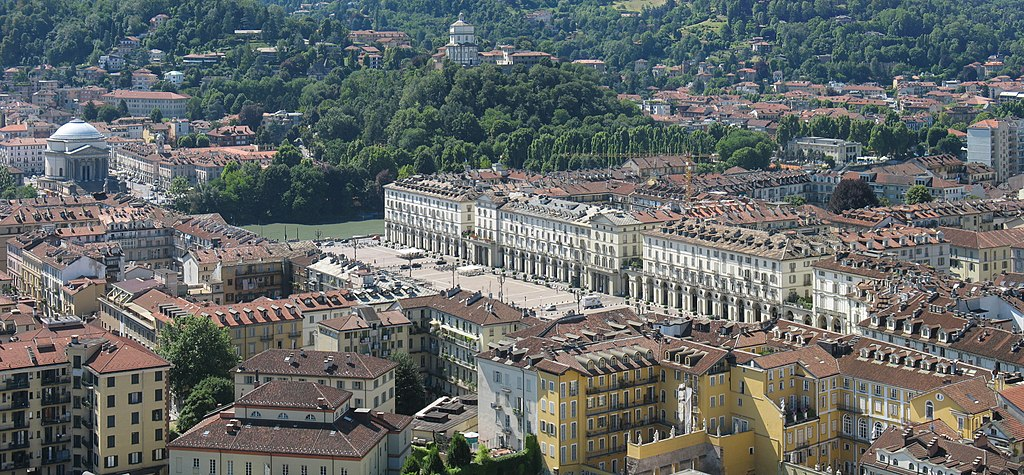Piazza Vittorio Veneto à Turin avec l'église Gran Madre di Dio et Monte dei Cappucini. Photo KlausFoehl.