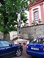 Uhříněves, kříž před kostelem.jpg