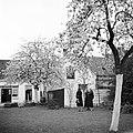Van de Polls stiefdochters Renée en Hans en een onbekende vrouw in de tuin van d, Bestanddeelnr 252-1913.jpg