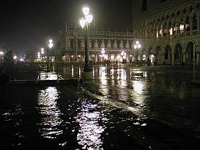 Venezia acqua alta notte 2005.jpg
