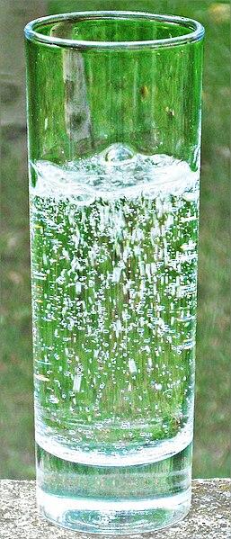 Fichier:Verre-eau-gazeuse-au-jardin.jpg
