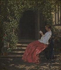 Læsende dame uden for en havedør