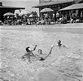 Vliegtuigbemanning in het zwembad, Bestanddeelnr 254-2313.jpg