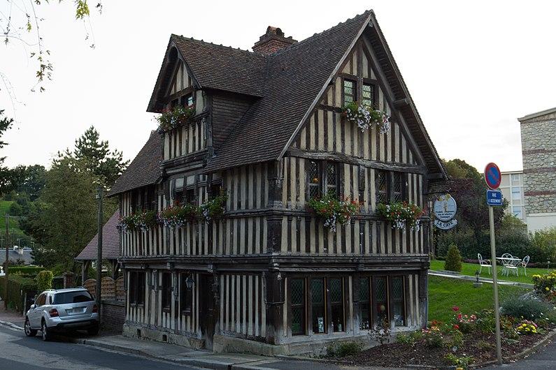 Vue nord-est de la maison à pans de bois d'Assemont (Lisieux, Calvados, France).jpg