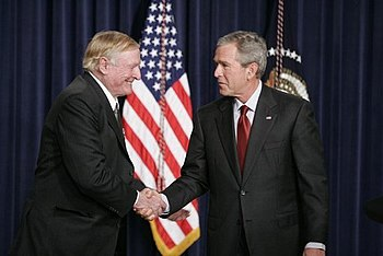 English: President George W. Bush shakes hands...
