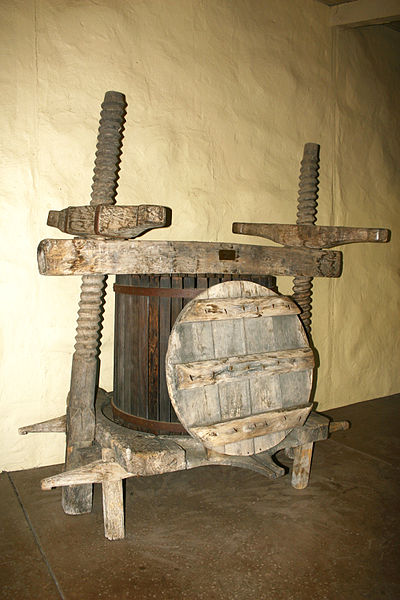 Archivo:Wine press from 16th century.jpg