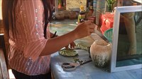 चित्र:Woman preparing areca nut for chewing, Myanmar - 20141209.webm