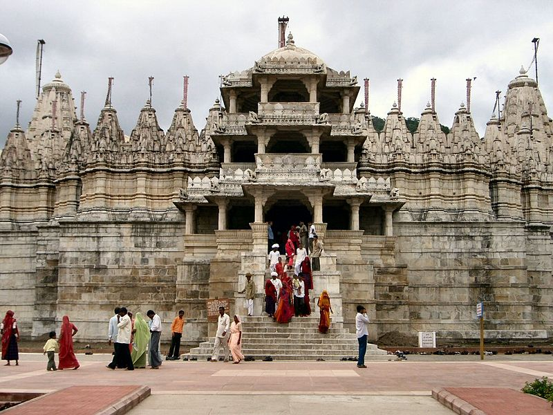 file:Worshippers leaving the temple in Ranakpur.jpg