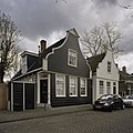 Zicht op houten klokgevels gezien van de weg - Amsterdam - 20409460 - RCE.jpg