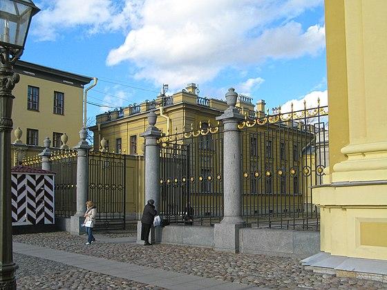 Вид через решётку ограды Петропавловского собора