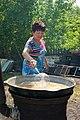Казахская женщина готовит национальное блюдо.jpg